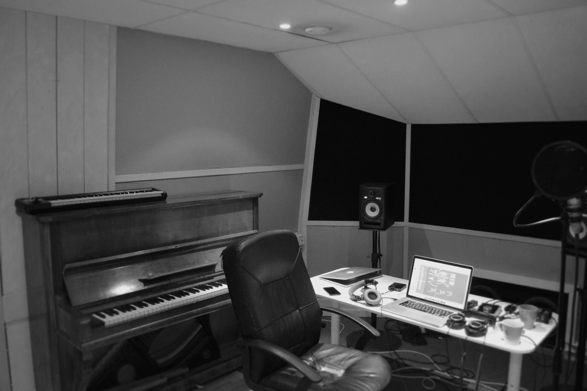 default_publishing_studio_room_piano